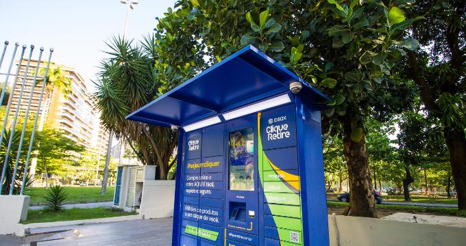 Armário locker inteligente Clique Retire em uma praça